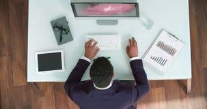 Travail à l'ordinateur dans le bureau images libres de droits