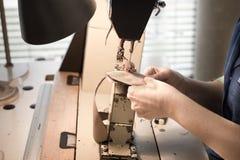 Travail à un atelier de cordonnier d'usine Photographie stock libre de droits