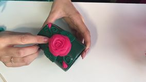Travail avec de l'argile de polymère clips vidéos