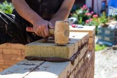Travail avec des briques Images libres de droits