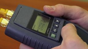 Travail avec l'appareil de contrôle de LAN de câble de réseau banque de vidéos
