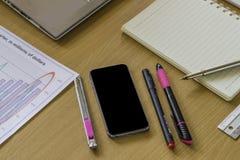 Travail avec l'ordinateur portable numérique sur le bureau en bois dans le bureau Photos stock