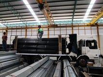 Travail avec la grue au-dessus dans l'entrepôt en acier Images libres de droits