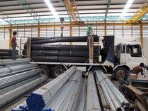 Travail avec la grue au-dessus dans l'entrepôt en acier Image libre de droits