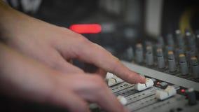 Travail avec le mixeur son analogique Radio de mélange audio professionnelle de console et émissions TV banque de vidéos
