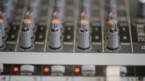 Travail avec le mixeur son analogique Radio de mélange audio professionnelle de console et émissions TV clips vidéos