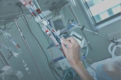Travail avec le sang et le x28 ; transfusion& x29 de sang ; dans une salle d'hôpital Photo stock
