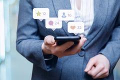 Travail avec le téléphone dans le media social Image libre de droits