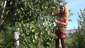 Travail avec plaisir Belle jeune femme en bref faisant du jardinage et souriant à l'appareil-photo 4K banque de vidéos