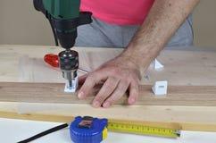Travail avec un tournevis électrique Image stock