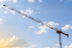 Travail avec une grue Tour de grue de construction sur le fond de ciel bleu L'espace vide pour le texte Concept de construction G image libre de droits
