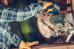 Travail circulaire en bois de scie photos stock