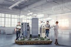 Travail créatif de groupe d'architecte Media mélangé image stock