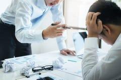 Travail d'équipe d'affaires blâmant l'associé et la discussion sérieuse photos libres de droits