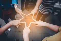 Travail d'équipe avec nos bras et mains Photographie stock libre de droits