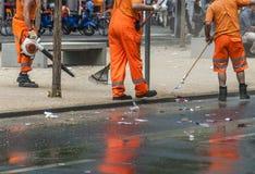 Travail d'équipe bleaning une rue Photo libre de droits