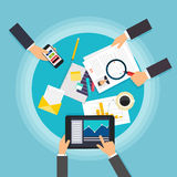 Travail d'équipe d'affaires Vue supérieure de bureau d'équipe créative avec des comprimés, Photographie stock