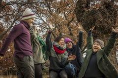 Travail d'équipe d'amis célébrant la victoire au parc Photos libres de droits