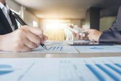 Travail d'équipe d'analyse de collègues des affaires deux avec des données financières Photos stock