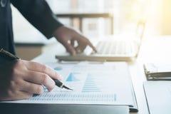 Travail d'équipe d'analyse de collègues des affaires deux avec des données financières Photographie stock libre de droits