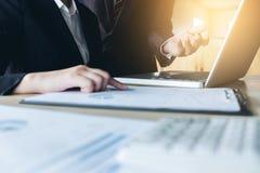 Travail d'équipe d'analyse de collègues des affaires deux avec des données financières Images stock