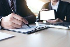 Travail d'équipe d'analyse de collègues des affaires deux avec des données financières Photo libre de droits