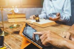 Travail d'équipe d'avocat d'affaires consultant au sujet du hardw financier d'impôts photo stock