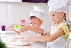 Travail d'équipe dans la cuisine Photographie stock libre de droits