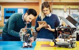 Travail d'équipe de cours de robotique d'ingénierie Photo stock