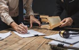 Travail d'équipe de la réunion d'avocat d'affaires travaillant dur au sujet du repérage juridique image libre de droits