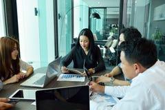 Travail d'équipe des affaires asiatiques ayant une réunion, équipe d'étiquette photo libre de droits
