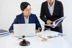 Travail d'équipe des collègues, de consultation et de confere d'avocat d'affaires Image libre de droits