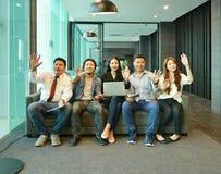 Travail d'équipe des gens d'affaires asiatiques s'asseyant sur le sofa dans le salon Image stock