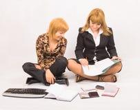 Travail d'équipe - deux étudiants préparant le travail Photo stock
