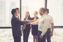 Travail d'équipe et association de personnes de groupe d'affaires avec la célébration Photographie stock