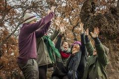 Travail d'équipe heureux célébrant la victoire au parc Photo libre de droits