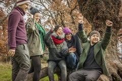Travail d'équipe heureux célébrant la victoire au parc Photos stock