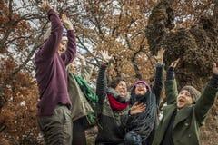Travail d'équipe heureux d'amis célébrant la victoire avec des mains  Photo libre de droits