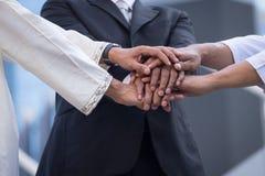 travail d'équipe d'isolement par illustration noire du concept 3d Gens d'affaires de mains jointives Photo stock