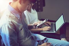 Travail d'équipe, jeune femme d'affaires dans le bureau dans la chemise occasionnelle Sélectionner l'information avec des collègu Image libre de droits