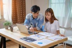 Travail d'équipe, jeune femme d'affaires dans le bureau dans la chemise occasionnelle Sélectionner l'information avec des collègu Photos libres de droits