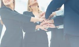 Travail d'équipe - l'appui des amis et du succès dans les affaires Images stock