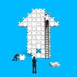 Travail d'équipe masculin pour des puzzles dans la forme de flèche Photos stock