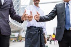 Travail d'équipe multiracial d'homme d'affaires avec renoncer à des pouces photos stock