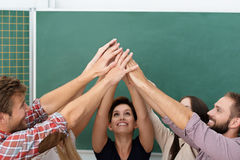 Travail d'équipe réussi dans la salle de classe Image stock