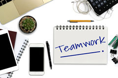 Travail d'équipe sur le bloc-notes - bureau blanc avec le smartphone avec le bla Photo libre de droits