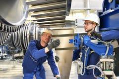 Travail d'équipe - travailleurs fabriquant des turbines à vapeur dans un industriel photographie stock libre de droits