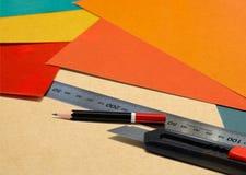 Travail d'équipement stationnaire dans le bureau crayon, règle et couteau Photographie stock libre de droits
