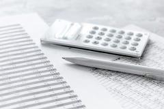 Travail d'accounter d'affaires avec des impôts et calculatrice sur le bureau blanc Photo libre de droits