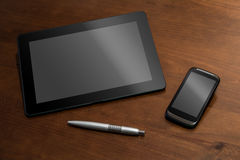 Travail d'affaires avec la Tablette, le Smartphone et un crayon Photo stock